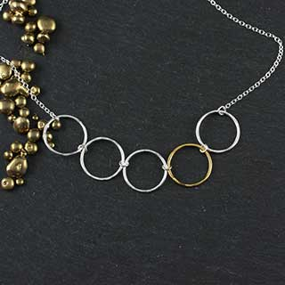 Five Linked Small Hammered Rings Necklace (n-jrs5)